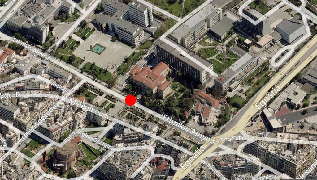 Η είσοδος του κτηρίου της Παλιάς Φιλοσοφικής του ΑΠΘ βρίσκεται στην κόκκινη βούλα